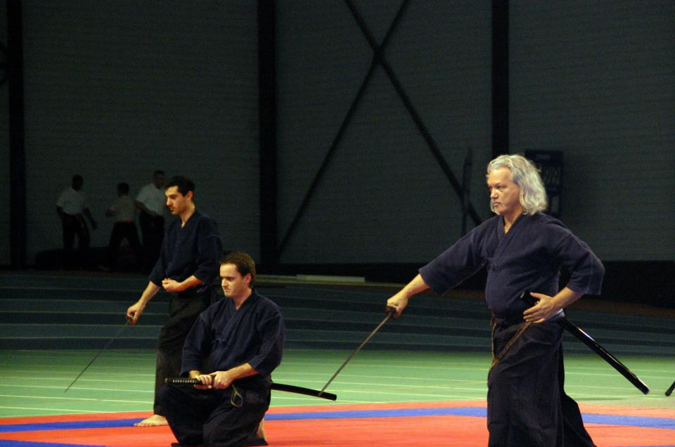 Alexandre Povéda et deux élèves démontrant le sabre, Bompas