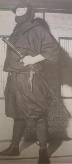 Fujita Seiko en tenue traditionnelle d'infiltration.