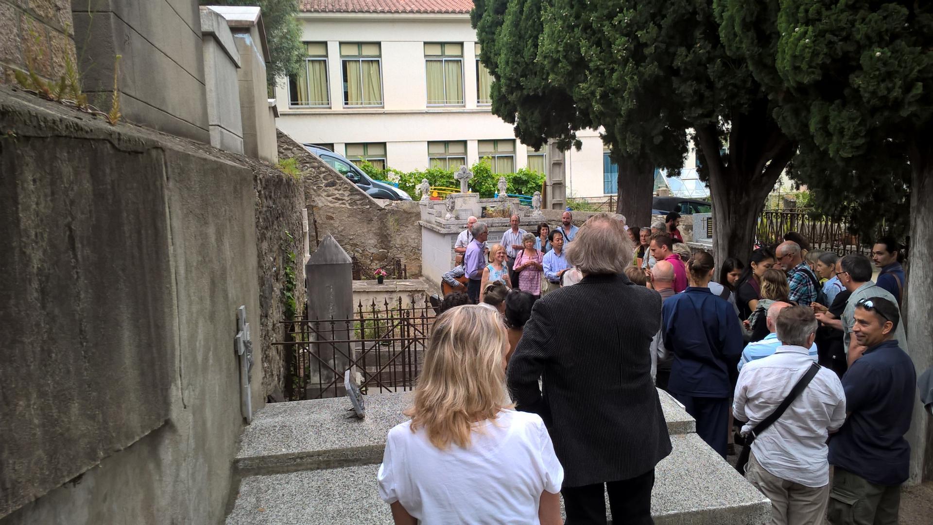 cérémonie devant la tombe en présence du consul